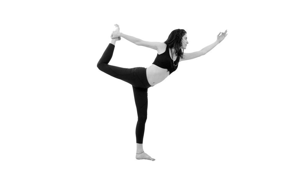 Natarayasana o Postura del siva danzante - Asana - Tu relación con la comida habla de ti - Sumati